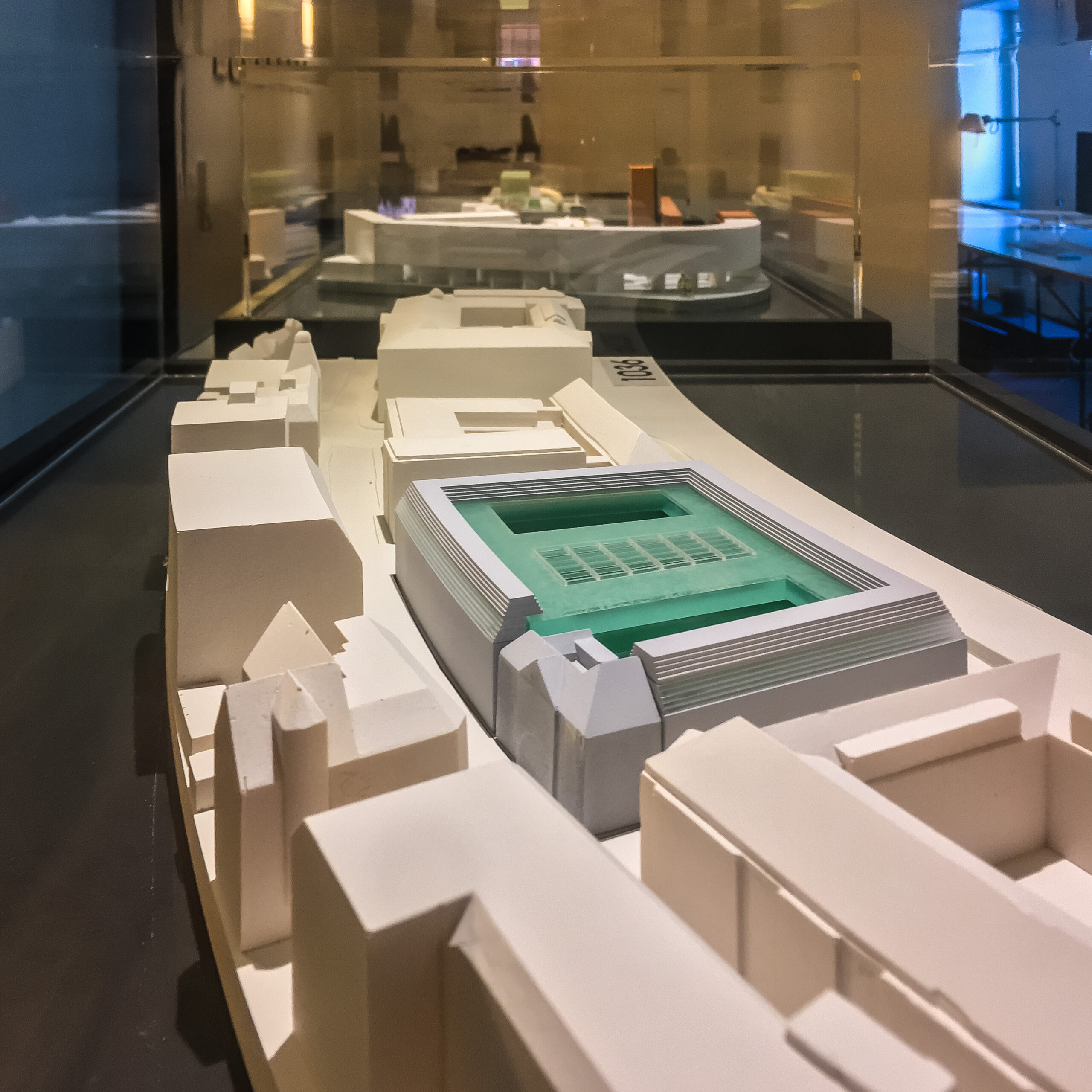 Ausstellung von Architekturmodellen in Glasvitrinen