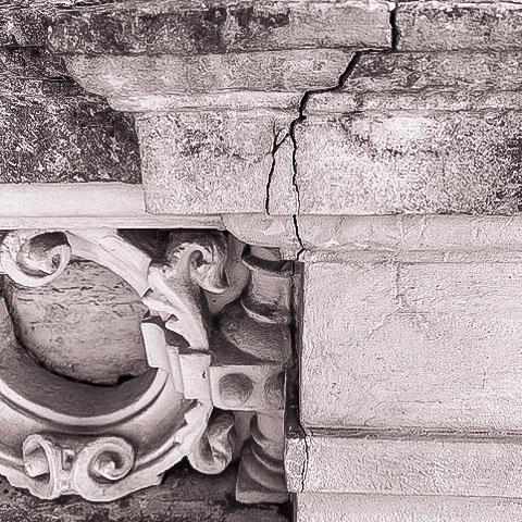 Geschädigtes Mauerwerk mit Rissen