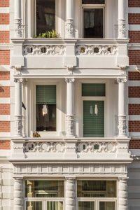 Altbaufassade mit aufwändig verzierten Balkonen