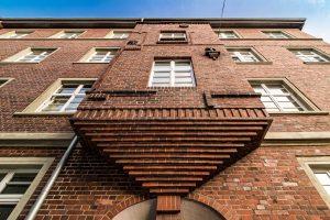 Erker eines Altbaus in norddeutscher Backsteinarchitektur